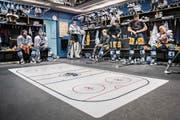 Ausrüstung: Die Spieler des EV Zug machen sich in der Garderobe bereit fürs Warm-up auf dem Eis. (Bilder: Boris Bürgisser (Zug, 3. März 2018))