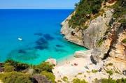 Sommervergnügen in einer kleinen Badebucht bei Baunei an Sardiniens Ostküste. Die nach Sizilien zweitgrösste Mittelmeerinsel ist einer der Profiteure der Unsicherheiten in anderen Feriengebieten. (Bild: Tuul & Bruno Morandi)