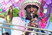 Mit Kopfschmuck, natürlich in Rosa – die Musiker einer Junkanoo-Band heizen ein. (Bild Ram Malls)