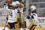 Die Zuger Johan Morant, Lari Leeger, Garrett Roe und Lino Martschini jubeln nach dem 0:2. (Bild: Urs Lindt / Freshfocus (Biel, 14. November 2017))