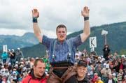 Der Innerschweizer Joel Wicki wird als Sieger gefeiert, nach dem Schlussgang am Schwing- und Älplerfest Schwarzsee in Plaffeien FR. (Bild: Keystone)