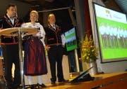 ISV-Präsident Peter Achermann (links), Mascha Santschi und der designierte OK-Präsident Albert Vitali präsentieren den Delegierten die Kandidatur Luzern. (Bild: PD)