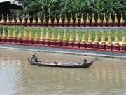 Immer wieder tauchen am Flussufer goldene Tempel und Pagoden auf. (Bild: Ester Wyss)