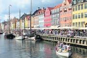 Die bunten Giebelhäuser am Nyhavn, dem zentralen Hafen in Kopenhagen, setzen bunte optische Akzente. (Bild: Niels Anner)