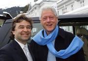Bill Clinton (rechts) mit «Belvédère»-Hoteldirektor Ernst Wyrsch in Davos. (Bild Marcel Giger/pd)