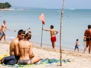 Touristen an einem Strand in Bali: Für die meisten Schweizer Reisebüros hat das Jahr 2018 gut angefangen. (Archiv) (Bild: Keystone/EPA/MADE NAGI)