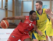 Geht keinem harten Zweikampf aus dem Weg: Eric Thomson, der 24-jährige Center von Swiss Central Basket (am Ball), hier gegen Björn Schoo (Starwings Basket Regio Basel). (Bild: Georgis Kefalas/Keystone (Birsfelden, 22. Oktober 2017))