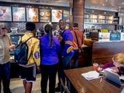 Nach einer umstrittenen Festnahme von zwei Afroamerikanerin in einer Filiale schickt Starbucks rund 175'000 Beschäftigte in ein Anti-Rassismus-Training. (Symbolbild) (Bild: KEYSTONE/AP The Philadelphia Inquirer/TOM GRALISH)