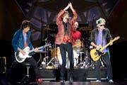 Die «Rolling Stones» mit Mick Jagger (vorne MItte), Keith Richards (rechts), Ronnie Wood (links) and Charlie Watts (hinten) rocken die Bühne bei einem Konzert in Wien im Juni 2014. (Bild: Keystone)