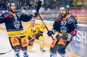Zugs Fabian Schnyder, rechts, jubelt nach seinem 3:2 Tor im vierten Eishockey Playoff-Finalspiel der National League A zwischen dem EV Zug und dem SC Bern. (Bild: KEYSTONE/Ennio Leanza)