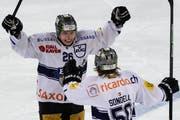 Die beiden Assistgeber zum 2:2 jubeln: Zugs Reto Suri (links) und Daniel Sondell. Fabian Sutter schoss den Treffer. (Bild: Keystone)