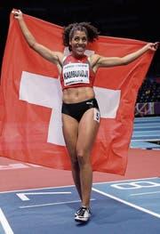 Freut sich über die Bronzemedaille und lässt sich feiern: Mujinga Kambundji, die für die erste Schweizer Medaille bei einer Hallen-WM seit 2001 sorgte. (Bild: Matt Dunham/AP (Birmingham, 2. März 2018))