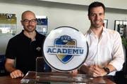 Mike Slongo (links) übergibt die Leitung der Hockey Academy an den ehemaligen Nationaltorhüter Lars Weibel. (Bild: pd)