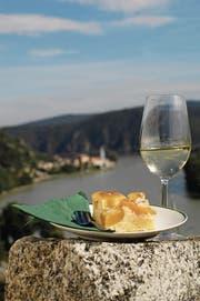 Verlockungen in der Wachau: Marillenkuchen und Wein. (Bild: Nina Rudnicki)