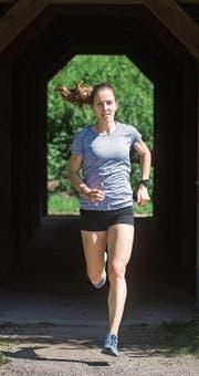 Stefanie Barmet beim Lauftraining in Schötz, seit zwei Jahren läuft sie über die 1500 Meter. (Bild: Boris Bürgisser (13. August 2017))