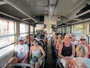 Das Tramway de la Balagne zuckelt am Strand von Calvi entlang. (Bild: Axel Baumann)