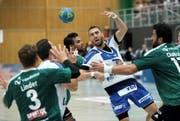 Von den Thunern kaum zu stoppen: Boris Stankovic (in Weiss-Blau) wirft gegen Wacker zehn Treffer. (Bild Eveline Beerkircher)