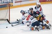EVZ-Spieler Nolan Diem (Mitte) kann sich gegen zwei Zürcher Gegenspieler und Goalie Lukas Flüeler nicht durchsetzen. (Bild: Urs Flüeler/Keystone (Zug, 15. März 2018))