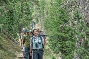 Tierbeobachtung – der Wanderleiter führt Stativ und Teleskop mit. (Bild: Lioba Schneemann)
