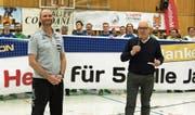 Verabschiedete am Samstag HCK-Trainer Heiko Grimm (links): Hans-Peter Würmli (rechts). (Bild: Roger Grütter (Kriens, 16. Dezember 2017))