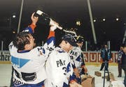Harold Kreis (Bildmitte und mit Champagner geduscht) feiert 1997 den Meistertitel mit Adler Mannheim.Bild: Imago (1997)