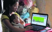Eine eigene Homepage und ein eigenes kleines Trekkingunternehmen: die 22-jährige Chan und ihre Tochter in Sapa. Sie gehören zum Volk der Schwarzen Hmong. (Bild: Anemi Wick)
