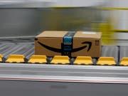 Ein Amazon-Paket für ein Prime-Mitglied auf einem Förderband. Insbesondere die zahlenden Prime-Mitglieder verhalfen Amazon zu einem Gewinnsprung. (Bild: Keystone/AP/RICH PEDRONCELLI)