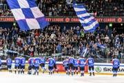 Die EVZ-Spieler bedanken sich nach dem Sieg über Wien bei ihren Fans. (Bild: Daniela Frutiger/Freshfocus)