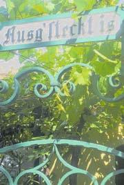 Glück gehabt: Wenn die Tafel mit dem text «Ausgsteckt is» hängt, ist die Buschenschenke offen. (Bild: Thomas Veser)