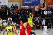 Die Basel Starwings (gelbes Trikot), haben sich im Angriff gegen die Verteidigung von Swiss Central Basketball durchgesetzt. (Bild: pd/Robert Varadi)