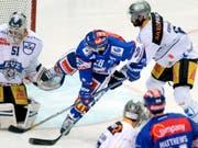 Tim Ramholt (oben rechts) verteidigt ab der neuen Saison für die Kloten Flyers (Bild: KEYSTONE/WALTER BIERI)