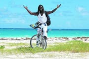 Traumstrand auf Harbour Island, der Nachbarinsel von Nassau: Selbst der Sand an der berühmten Pink Beach hat einen sanften Rosaton. Die Ursache ist der Einzeller Foraminifera, der unter dem Mikroskop wie eine winzige Erdbeere aussieht. (Bild Ram Malls)