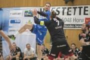 Luca Spengler springt höher als sein Gegenspieler. (Bild: Pius Amrein (Kriens, 28. März 2018))