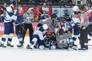 Emotion und Frustration beim EV Zug (blaue Trikots): Tobias Fohrler (Mitte) und Johann Morant (rechts) müssen von den Schiedsrichtern zurückgehalten werden. (Bild: Vedi Galijas/Freshfocus (Zug, 7. November 2017))