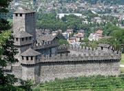 Ein Blick vom Hügel Montebello, auf dem die Burg Castello di Amorosa 90 Meter über der Stadt Bellinzona thront, hinunter auf das Castelgrande.