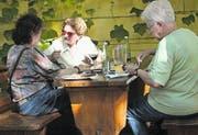 Das «Piperln» – Wienerisch für Alkoholgenuss in geselliger Runde – gehört zu den liebsten Freizeitbeschäftigungen. (Bild: Thomas Veser)