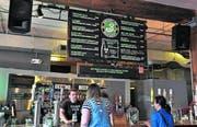 Die Brooklyn Brewery bietet am Wochenende Gratisführungen durch die Brauerei an. Danach kann man das Bier auch testen. (Bild: Eva Hirschi)