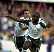 Das waren noch Zeiten: Charles Amoah (vorne) und Ionel Gane bejubeln gegen Galatasaray Istanbul einen St.Galler Treffer. (Bild: Keystone)