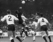 Eine Szene aus dem WM-Spiel 1966 zwischen der Bundesrepublik Deutschland und der Schweiz. Deutschland gewann 5:0, was bis heute die höchste Schweizer WM-Niederlage bedeutete. (Bild: AP)