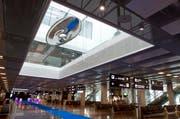 Die Skulptur «Cloud Prototype No. 6» des Künstlers Inigo Manglano-Ovalle hängt wie ein UFO im neuen Dock B. (Bild: Keystone / Della Bella)