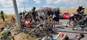 Speichensalat. Dutzende von Rennfahrern stürzten während des Rennens. (Bild: AP Photo/Christophe Ena)
