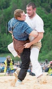 Andi Imhof (rechts) am Luzerner Kantonalen gegen Joel Wicki. (Bild: Urs Flüeler/Keystone (Malters, 21. Mai 2017))