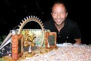 DJ BoBo vor dem Bühnenmodell seinen neuen Show Fantasy. (Bild André Häfliger/Neue LZ)