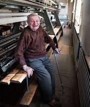 Gäbe Stoff für ein Buch her: Hans Bürkler und die 105-jährige Stickmaschine. (Bild: Sabrina Stübi)