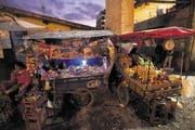 Marktwagen in den engen Gassen von Cusco – die einstige Metropole des Inkareichs liegt 3400 Meter über Meer. (Bild AP/The New York Times Magazine/David Guttenfelder)