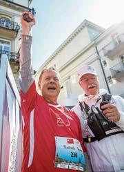 Wetter-Experte Thomas Bucheli (links) gibt den Startschuss am Solidaritätslauf und sprintet dann gleich hinterher. (Bild: Philipp Schmidli (Luzern, 29. April 2017))