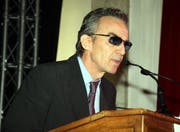 Mit Sonnenbrille: Satiriker Patrick Frey trat als Roche-Manager Klaus Wendig auf. (Bild André Häfliger/Neue LZ)