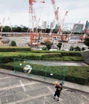 Eine der peinlichsten Pannen: das Theater um den Bau des Olympiastadions (hinten). (Bild: Behrouz Mehri/AFP (Tokio, 30. Juni 2017))