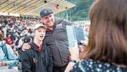 Publikumsliebling Christian Stucki lässt sich mit Fan Nico Kiser (16) aus Alpnach fotografieren. (Bild: Roger Grütter (Alpnach, 2. Juli 2017))