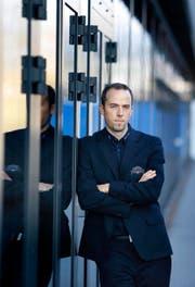 EVZ-CEO Patrick Lengwiler lehnt sich an die Bossard-Arena in Zug und blickt auf eine missglückte Saison zurück. (Bild Stefan Kaiser)